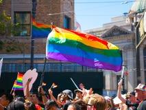 Bandeira do orgulho de LBGT na exposição durante uma parada imagem de stock