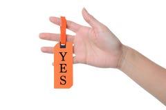 A bandeira do papel da posse do dedo da mulher sim para o conceito resolve a solução Imagens de Stock