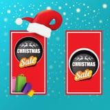 Bandeira do papel das vendas do Natal do vetor ou etiqueta da etiqueta com o chapéu vermelho de Santa no fundo nevado dos azuis c ilustração royalty free