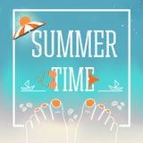 Bandeira do projeto do vetor das horas de verão com ilustração dos pés com pregos, escudos, roupa de banho, parasol, areia, ilustração stock