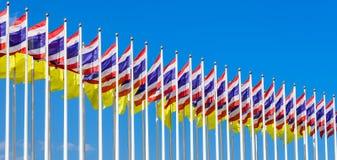 Bandeira do rei Rama IX de Tailândia e bandeira nacional de Tailândia Fotografia de Stock
