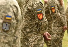 Bandeira do remendo de Ucrânia no uniforme do exército Uniforme militar de Ucrânia Reino Unido fotos de stock royalty free