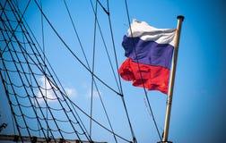 Bandeira do russo perto das cordas do bordo do navio Imagens de Stock Royalty Free