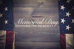 A bandeira do unido sacia em um fundo cinzento da prancha com Memorial Day imagem de stock