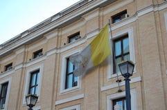 Bandeira do Vaticano na residência do papa fotografia de stock