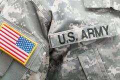 Bandeira dos E.U. e U S Remendo do EXÉRCITO no uniforme militar - tiro do estúdio imagem de stock