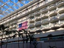 Bandeira dos E.U. indicada em um aeroporto imagem de stock royalty free