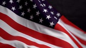 Bandeira dos E.U. que acena no vento no Dia da Independência em América video estoque