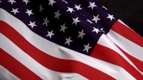 Bandeira dos E.U. que acena no vento no Dia da Independência em América no mo lento filme