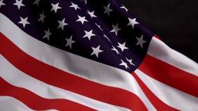 Bandeira dos E.U. que acena no vento no Dia da Independência em América no mo lento ilustração stock
