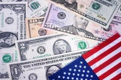 A bandeira dos Estados Unidos com notas de dólar dos EUA Dinheiro, fundo do dinheiro Pena, eyeglasses e gráficos Imagem de Stock Royalty Free