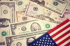 A bandeira dos Estados Unidos com notas de dólar dos EUA Vintage, olhar retro Dinheiro, fundo do dinheiro Pena, eyeglasses e gráf Imagem de Stock