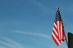 Bandeira dos Estados Unidos contra o céu azul foto de stock royalty free