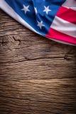 Bandeira dos EUA Bandeira americana Bandeira americana no fundo de madeira velho vertical Imagem de Stock Royalty Free