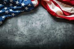 Bandeira dos EUA Bandeira americana Bandeira americana que encontra-se livremente no fundo concreto Tiro do estúdio do close-up F Fotografia de Stock
