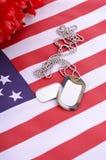 Bandeira dos EUA do dia de veteranos com etiquetas de cão fotos de stock