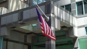 Bandeira dos EUA na constru??o video estoque