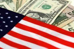 Bandeira e dólares dos E.U. Fotografia de Stock