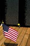 Bandeira e flores que honram nossos soldados caídos Foto de Stock Royalty Free