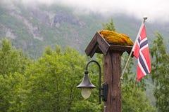 Bandeira e lanterna de Nowegian na floresta Imagem de Stock