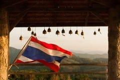 A bandeira e o sino tailandeses relacionam-se dentro Fotografia de Stock Royalty Free