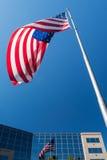 Bandeira e reflexão de América no highrise de vidro Fotografia de Stock