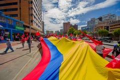 Bandeira equatoriano muito grande que está sendo levada completamente Fotografia de Stock