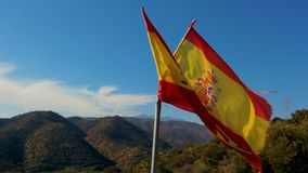 Bandeira espanhola acima rasgada que acena no movimento lento filme