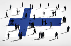 Bandeira finlandesa e um grupo de pessoas Imagem de Stock