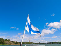 Bandeira finlandesa sobre o porto em Naantali, Finlandia Foto de Stock Royalty Free