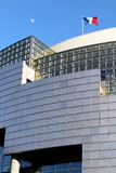 A bandeira francesa do Bastille de Opera e a lua colocam de la Bastille Paris França foto de stock