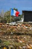 Bandeira francesa que flutua acima de uma casa de campo Fotos de Stock