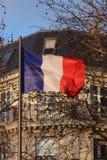 Bandeira francesa sobre a construção parisiense típica Imagem de Stock Royalty Free