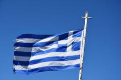 Bandeira grega contra um céu azul sem nuvens fotografia de stock