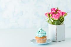 Bandeira horizontal pastel azul com decorado com queque de creme e as rosas cor-de-rosa no vaso chique gasto retro Imagem de Stock Royalty Free