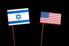Bandeira israelita com a bandeira dos EUA no preto Foto de Stock Royalty Free