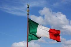 Bandeira italiana colorida brilhante no flagstaff Foto de Stock Royalty Free
