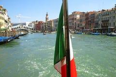 Bandeira italiana e canal grande de Veneza no fundo Fotografia de Stock Royalty Free