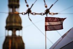 Bandeira letão unida a um ônibus imagens de stock royalty free