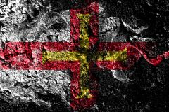 Bandeira místico fumarento de Reino Unido - de Guernsey no fundo sujo velho da parede ilustração do vetor