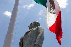 Bandeira mexicana com a estátua de Manuel Jose Othon fotos de stock royalty free