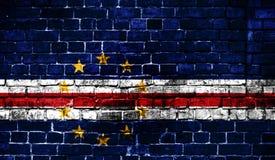Bandeira nacional de Cabo Verde em um fundo do tijolo fotografia de stock