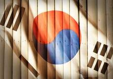 Bandeira nacional de Coreia na madeira de bambu, fundo Imagens de Stock Royalty Free