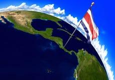Bandeira nacional de Costa Rica que marca o lugar do país no mapa do mundo 3D rendição, partes desta imagem fornecidas pela NASA Imagem de Stock
