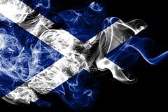 A bandeira nacional de Escócia fez do fumo colorido isolado no fundo preto Fundo de seda abstrato da onda ilustração do vetor