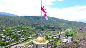 Bandeira nacional de Geórgia no mastro de bandeira na frente do céu azul Animação 3D de rendição tridimensional video estoque