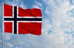 Bandeira nacional de Noruega em um mastro de bandeira na frente do céu azul Fotos de Stock Royalty Free