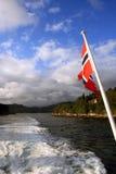 Bandeira nacional de Noruega no Fjord, natureza bonita Imagens de Stock Royalty Free