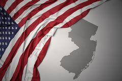 A bandeira nacional de ondulação de Estados Unidos da América em New-jersey cinzento indica o fundo do mapa imagens de stock