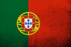 A bandeira nacional de Portugal da república portuguesa Fundo do Grunge foto de stock